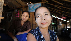 gallery - Women in Mae La Camp with thanaka on their faces